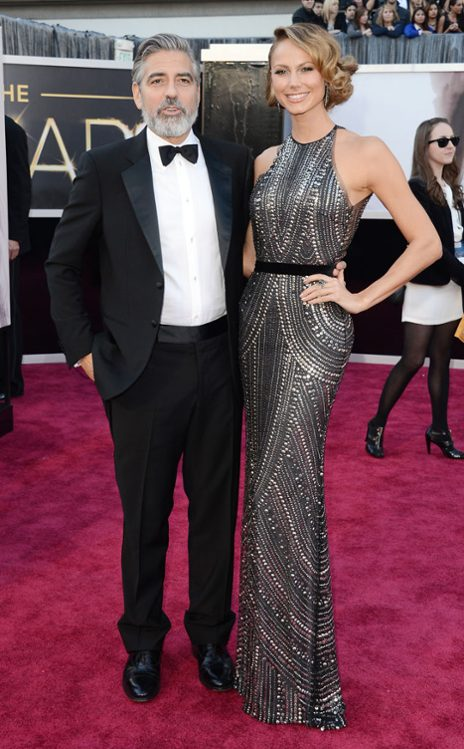 George Clooney y Stacy Keibler en Giorgio Armani y Naeem Khan, respectivamente. (E! Online)