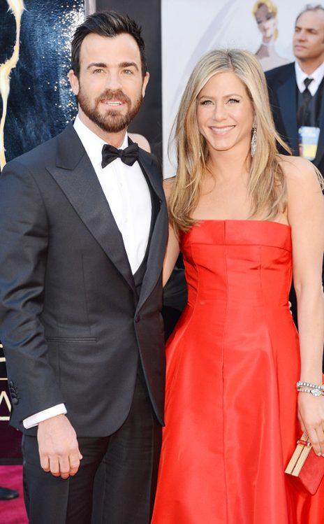 Justin Theroux y Jennifer Aniston en Salvatore Ferragamo y Valentino, respectivamente. (E! Online)