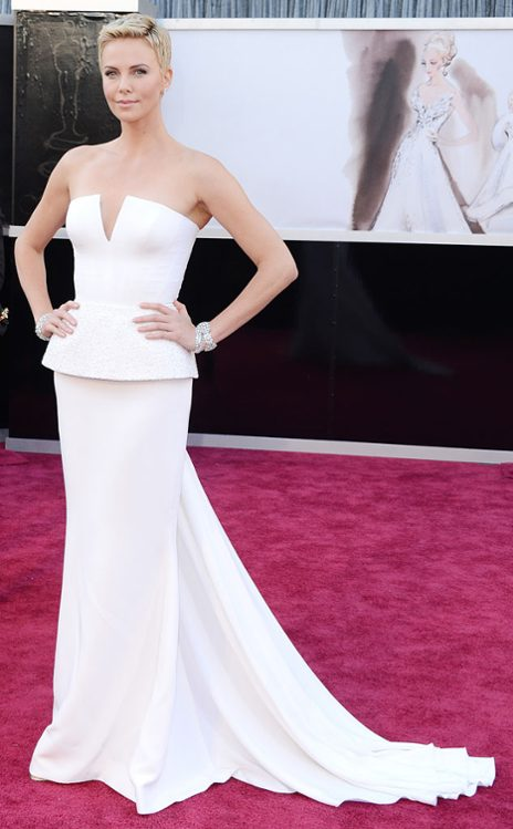 Charlize Theron en Christian Dior Couture. (E! Online)