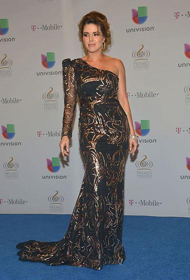 Alicia Machado mostró sus curvas con este vestido de una manga.