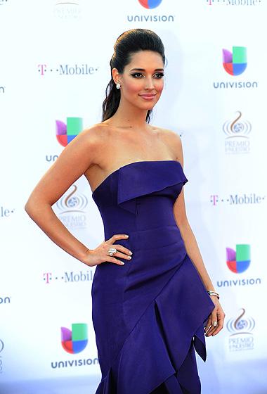 Amelia Vega vistió un traje morado con volantes.