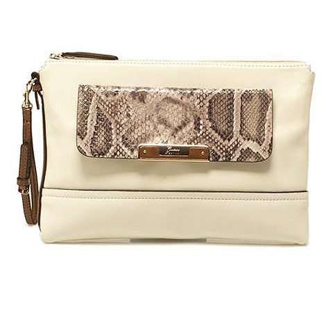 Clutch Guess color hueso con estampado pitón