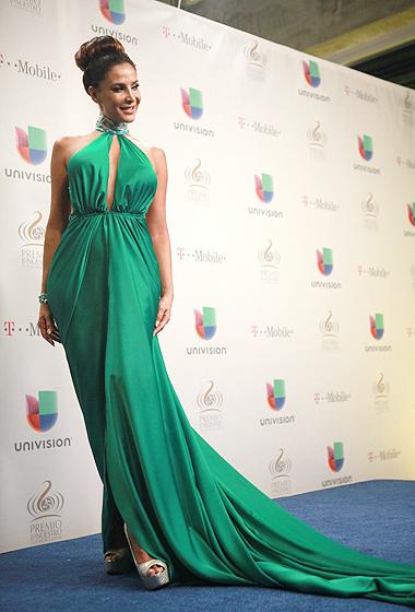 Lorena Rojas brilló con el color del año, escogido por Pantone.