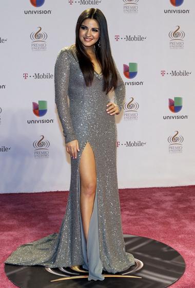Maite Perroni enseñó pierna con este sensual vestido plateado.