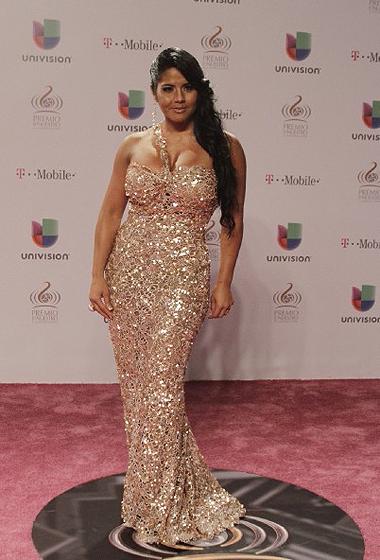 MaripilyRivera mostró su curvilínea figura en este vestido color champán.
