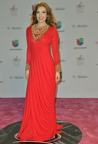 Thalía sobresalió con este modelo rojo de Alexander McQueen.