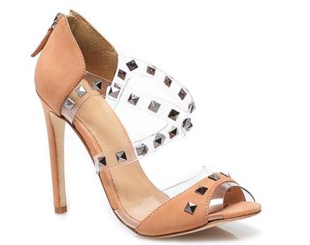 Sandalia My Shoes color nude con detalles en vinilo y tachuelas.